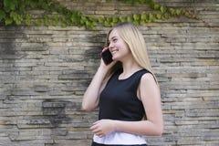 Девушка очарования используя телефон стоковая фотография rf
