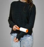 Девушка очищает ролик одежд липкий конец вверх изолировано стоковое изображение rf