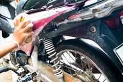 Девушка очищая и моя розовый мотоцикл Стоковое Изображение