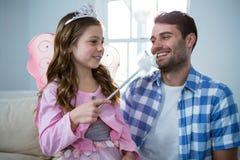 Девушка одевала в fairy костюме взаимодействуя с отцом Стоковые Изображения RF