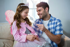 Девушка одевала в fairy костюме взаимодействуя с отцом Стоковое Изображение