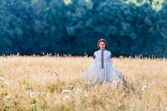 Девушка одела в традиционных стойках этнического костюма Стоковая Фотография RF
