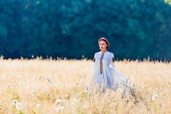 Девушка одела в традиционных стойках этнического костюма Стоковые Изображения