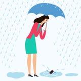 Девушка падает ее мобильный телефон в лужицу Стоковые Изображения