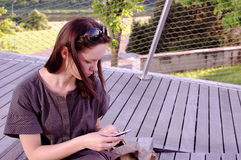 девушка парикмахера красивейшая около sms печатая детенышей на машинке Стоковое Фото