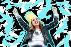 Девушка партии в кожаной куртке и партия увенчивают на пастельной голубой предпосылке празднуя и танцуя Партия, имеющ потеху Стоковое Фото