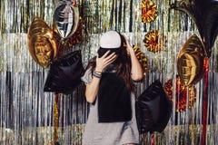 Девушка партии с copyspace на футболке и крышке стоковые изображения