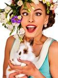 Девушка пасхи держа зайчика Женщина с весной праздника цветет стиль причёсок Стоковое фото RF