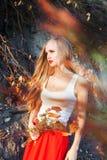 Девушка, падение, длинные волосы, осень, красный цвет, апельсин, листья, разветвляет усмехаться настроения Стоковые Изображения RF