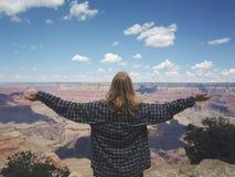 Девушка перед национальным парком гранд-каньона стоковое фото
