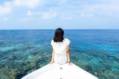 Девушка перед пляжем в Мальдивах Стоковая Фотография RF
