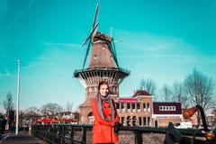 Девушка перед ветрянкой в Амстердаме, Нидерландах стоковые изображения rf