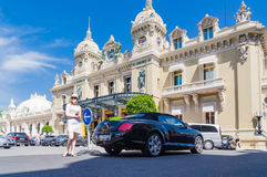 Девушка перед казино Монте-Карло стоковое фото rf