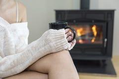 Девушка перед камином в носках зимы Стоковое Изображение