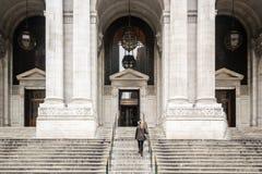 Девушка перед публичной библиотекой Нью-Йорка Стоковое фото RF