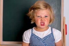 Девушка перед черной доской Стоковое Изображение