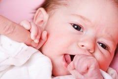 девушка перста младенца ее мать s удерживания стоковое изображение
