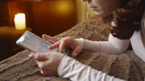 Девушка печатает текст на таблетке акции видеоматериалы