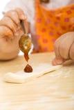 девушка печений меньшяя делая серия Стоковое Изображение RF