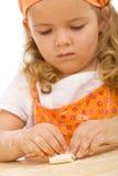 девушка печений меньшяя делая серия Стоковое фото RF