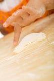 девушка печений меньшяя делая серия Стоковые Фото