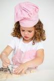 девушка печенья милая меньшяя делая таблица Стоковое Изображение RF