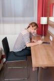 Девушка писать примечание стоковая фотография