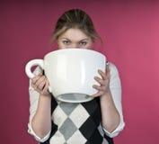 девушка питья чашки экстренная большая к детенышам стоковые фотографии rf