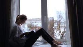 Девушка пишет ее желания в тетради видеоматериал