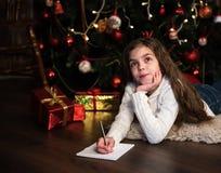 Девушка пишет письмо к santa Стоковые Изображения RF