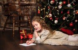 Девушка пишет письмо к santa Стоковые Фотографии RF