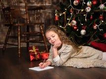 Девушка пишет письмо к santa Стоковое Изображение