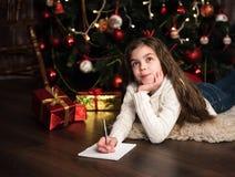 Девушка пишет письмо к santa Стоковое Фото