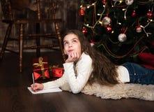 Девушка пишет письмо к santa Стоковая Фотография