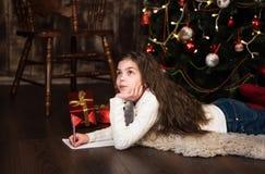 Девушка пишет письмо к santa Стоковые Фото
