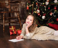 Девушка пишет письмо к santa Стоковое Изображение RF