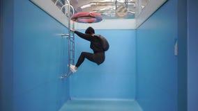 Девушка плавает в пустом бассейне в одеждах сток-видео