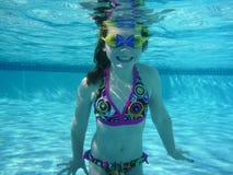 девушка плавая под водой детеныши Стоковая Фотография RF