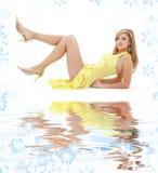 девушка платья кладя желтый цвет песка белый Стоковое фото RF