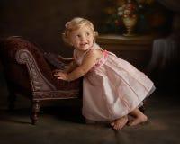 девушка платья меньший розовый портрет Стоковые Фотографии RF