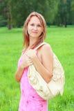 девушка платья мешка его усмехаться плеча Стоковые Фото