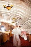 девушка платья она с ботинок принимает венчание Стоковое Фото