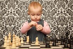 девушка платья шахмат меньший играя портрет Стоковое Фото