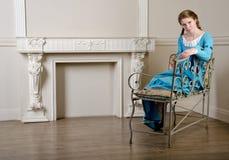 девушка платья banquette средневековая сидит детеныши Стоковое Изображение
