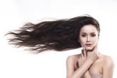 Девушка плеч красивого брюнет нагая с летать горизонтально стоковые изображения