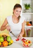 девушка плодоовощ красотки делая детенышей салата Стоковое фото RF