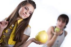 девушка плодоовощ мальчика яблока Стоковая Фотография RF