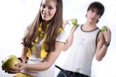 девушка плодоовощ мальчика яблок Стоковая Фотография RF