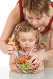 девушка плодоовощ меньшяя подготовляя женщина салата Стоковые Фото