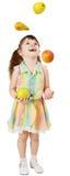 девушка плодоовощ смешная жонглирует немногой Стоковое фото RF